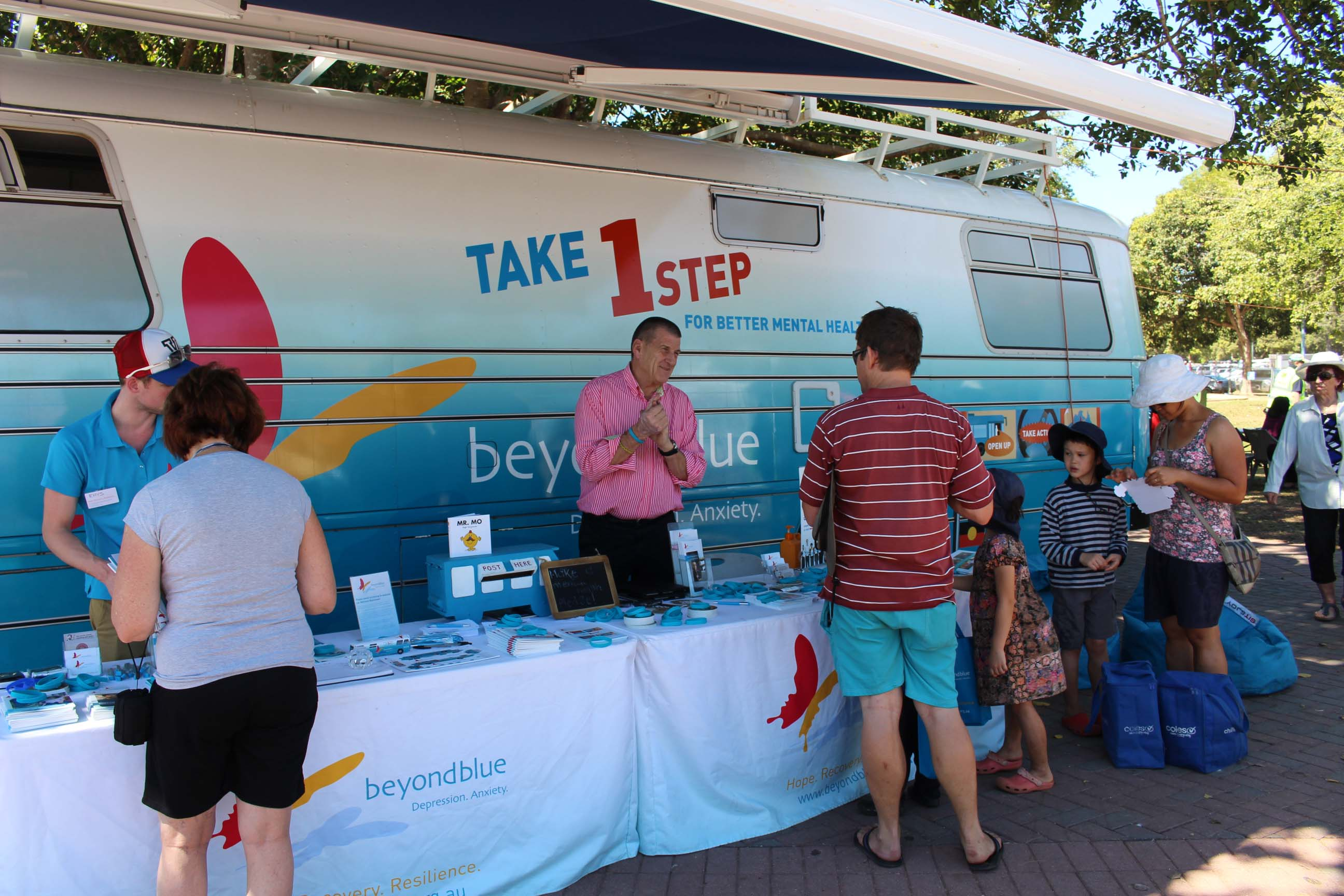 Beyond Blue Chairman Jeff Kennett speaks to locals at Mindle Beach.